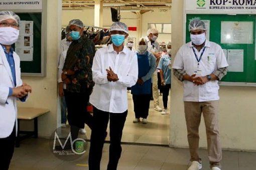 Ketua Harian Gugus Tugas Percepatan Penanganan Corona Virus Disease (Covid-19), Amsakar Achmad meninjau sejumlah perusahaan, Rabu (8/4). Inspeksi ini bertujuan untuk memastikan protokol keamanan covid-19 dijalankan dengan baik.